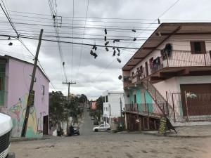 Tênis pendurados em fiação do Morro da Cruz.