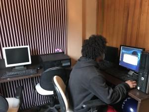 Betinho atualizando computador da Associação.