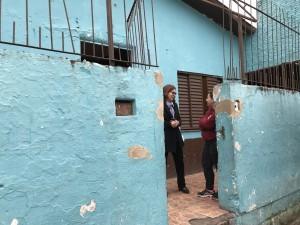 Lucia e Luana, em frente a Associação Comunitária da Vila São José.