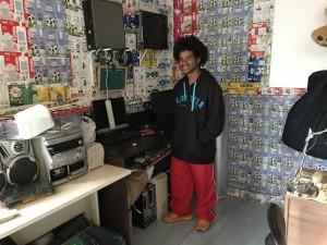 Betinho com os computadores da Eskolinha, que neste dia estavam desligados por um problema de energia elétrica.